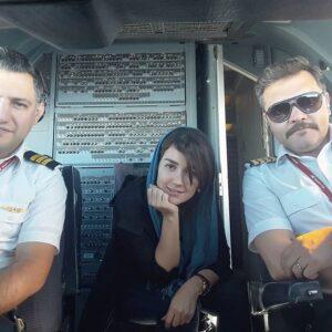افسانه پاکرو در کنار دو خلبان