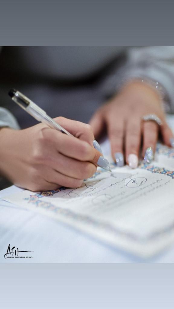 نگین معتضدی در حال امضا کردن عقدنامه