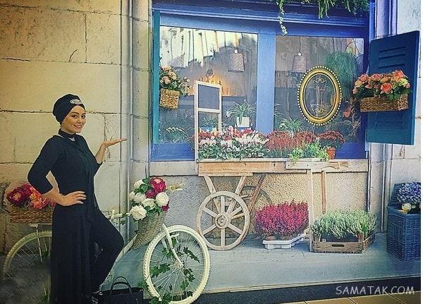 سحر قریشی با تیپ مشکی در کنار دوچرخه