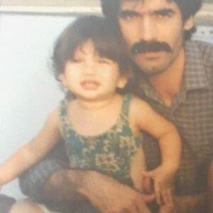 کودکی متین ستوده در آغوش پدرش