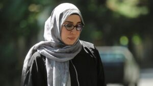 نسیم ادبی با روسری طوسی در سریال شرم