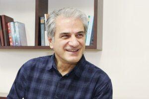 ناصر هاشمی با لباس چهارخونه سورمه ای