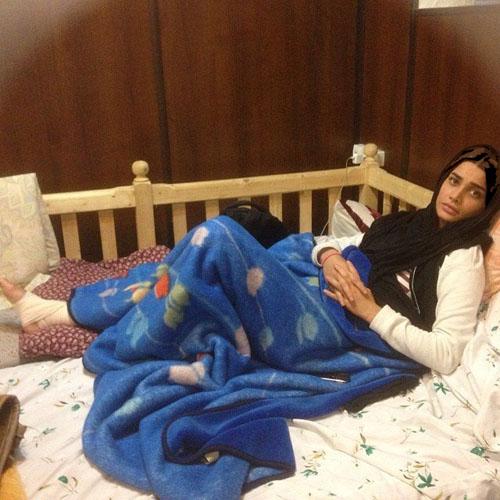 عکس های بدون آرایش تینا آخوندتبار با پای شکسته در تخت