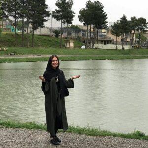 متین ستوده در کنار دریاچه