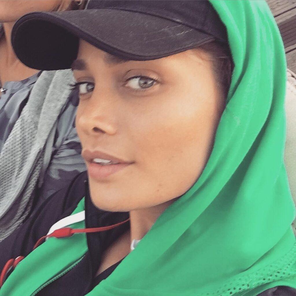 عکس های بدون آرایش تینا آخوندتبار با کلاه مشکی و شال سبز