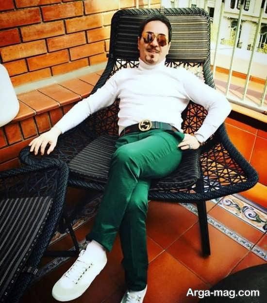 خشایار اعتمادی با بلوز سفید و شلوار سبز - خوانندگان استقلالی