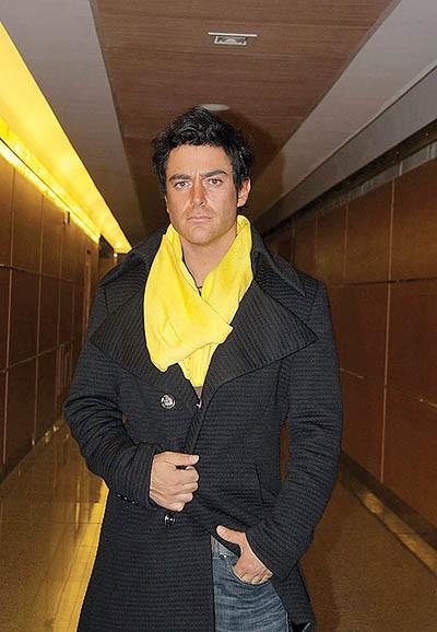 محمدرضا گلزار با بارونی مشکی و شال گردن زرد - عمل زیبایی محمدرضا گلزار