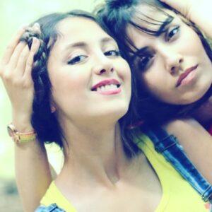 بهارک صالح نیا و خواهرش