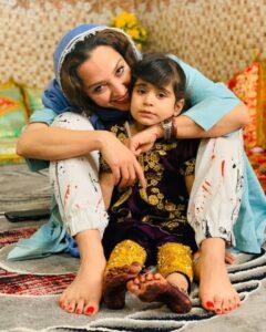 عکسی از آناهیتا درگاهی با دختری با لباس بلوچی