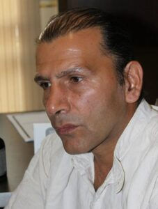 افشین سنگ چاپ با لباس سفید از بازیگران مرد ایرانی بالای 40 سال