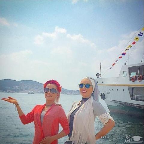 سحر قریش با مانتو سفد و دوستش با مانتو قرمز کنار دریا - عکس بی حجاب سحرقریشی