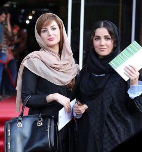 افسانه پاکرو به همراه خواهرش سعیده پاکرو