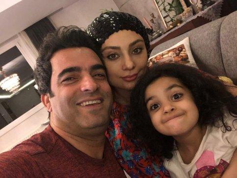 یکتا ناصر با کلاه و همسرش منوچهر هادی و دخترش صوفیا در خانه شان - عکس های بدون آرایش یکتا ناصر
