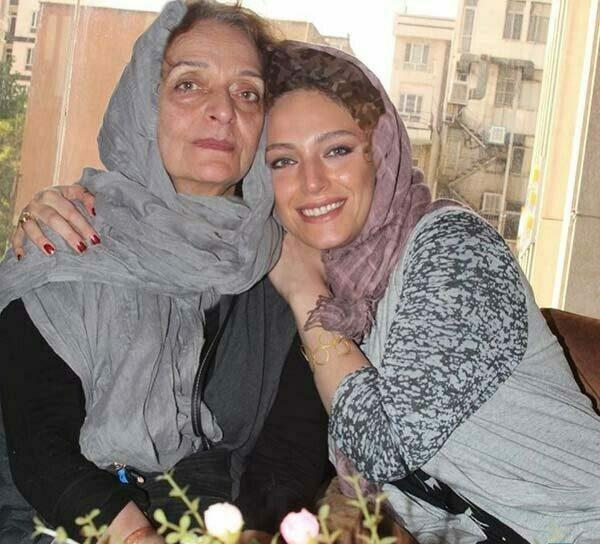 نگین معتضدی با شال یاسی و مادرش با شال طوسی