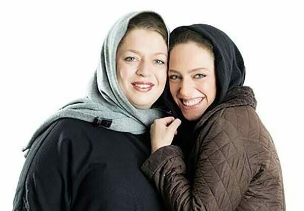 نگین معتضدی با لباس قهوه ای و خواهرش طلا معتضدی با شال سبز