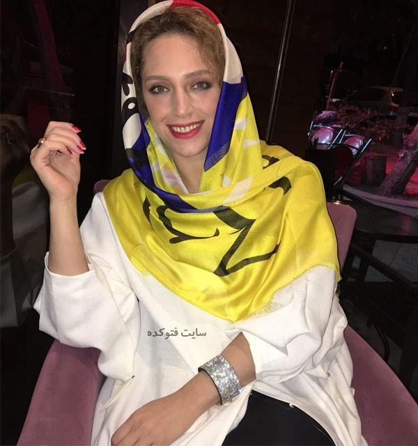 نگین معتضدی با روسری زرد و لباس سفید