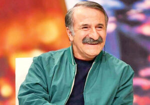 مهران رجبی از بازیگران مرد ایرانی بالای 40 سال با لباس آبی