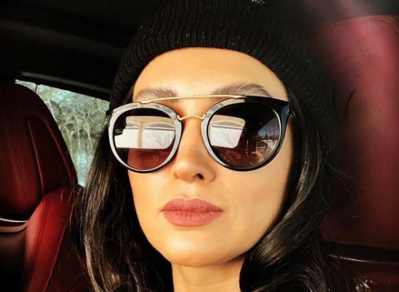 روناک یونسی با عینک آفتابی در ماشین - عمل زیبایی روناک یونسی