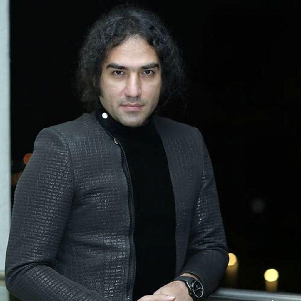 رضا یزدانی با کت طوسی - خوانندگان استقلالی