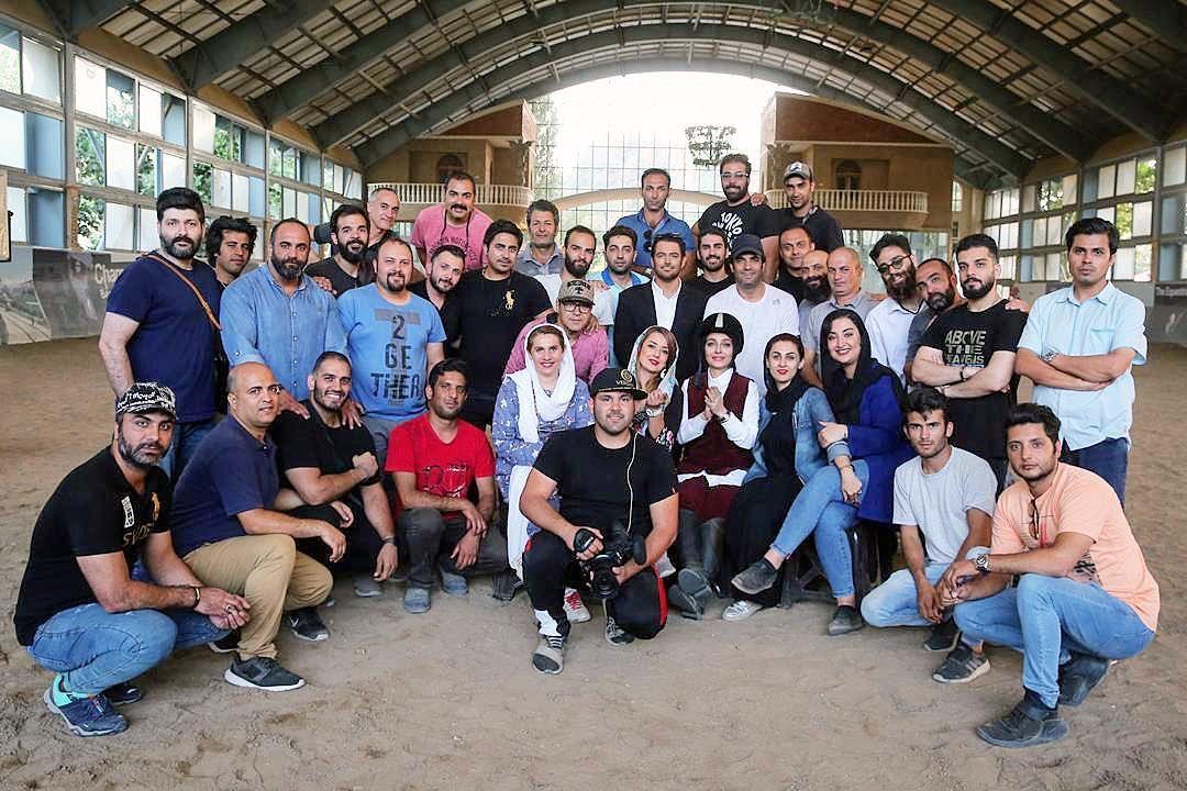 محمدرضا گلزار و ساره بیات در پشت صحنه فیلم رحمان 1400