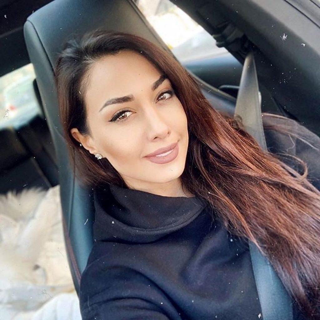 صدف طاهریان بی حجاب با لباس مشکی در ماشین