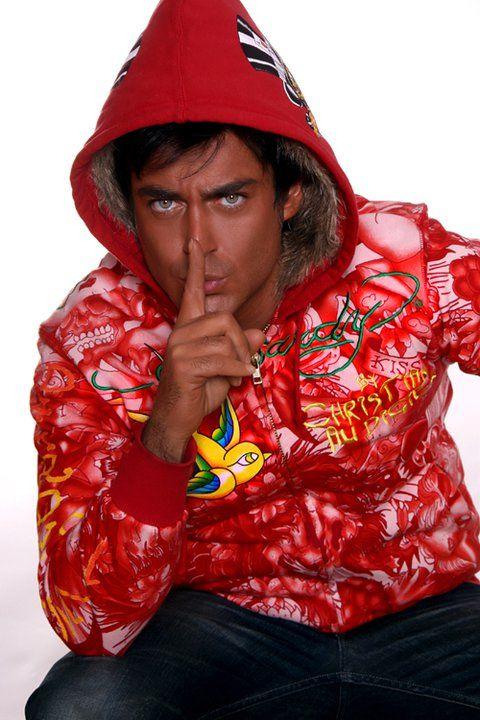 محمدرضا گلزار با لباس قرمز - رنگ واقعی چشم محمدرضا گلزار