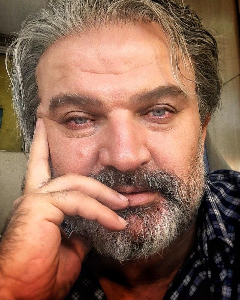 مهدی سلطانی از بازیگران مرد ایرانی بالای 40 سال با لباس چهارخونه