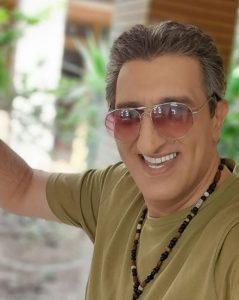 یوسف صیادی از بازیگران مرد ایرانی بالای 40 سال با لباس سبز و عینک دودی