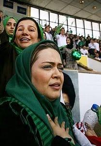 بهاره رهنما با لباس سبز در میتینگ موسوی در انتخابات 88