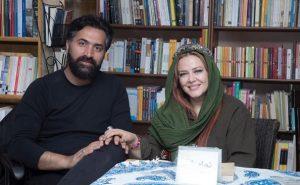 بهاره رهنما و همسرش در کتابخانه