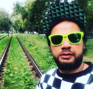 علی صادقی ازبازیگران متولد ماه آذر
