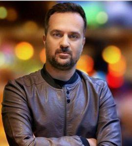 احمد مهران فر با کاپشن چرم از بازیگران مرد ایرانی بالای 40 سال