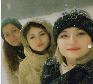 عکس سارا و نیکا فرقانی و مادرشان