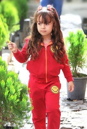 همراز اکبری با لباس قرمز