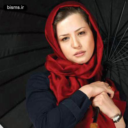 مهراوه شریفی نیا با شال قرمز و چتر - مهراوه شریفی نیا طرفدار پرسپولیس