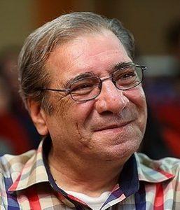 حسین محب اهری با لباس چهارخونه از بازیگران مرد ایرانی بالای 40 سال