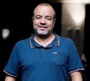 سعید آقاخانی از بازیگران مرد ایرانی بالای 40 سال با تیشرت ابی