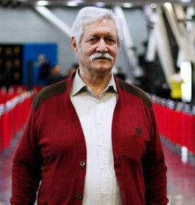 آتش تقی پور با لباس قرمز از بازیگران مرد ایرانی بالای 40 سال