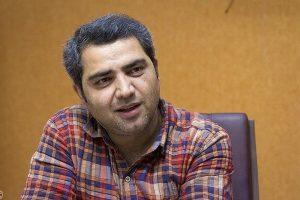 اتابک نادری با پیراهن چهارخونه از بازیگران مرد ایرانی بالای 40 سال