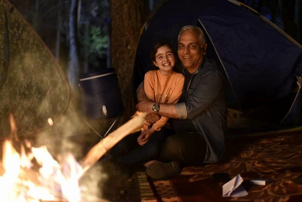 مانیا علیجانی و مهران مدیری در کنار آتش