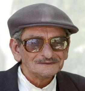 عکس پرتره از سروش خلیلی با کلاه طوسی و عینک