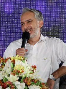 بیژن بنفشه خواه از بازیگران مرد ایرانی بالای 40 سال با پیراهن سفید
