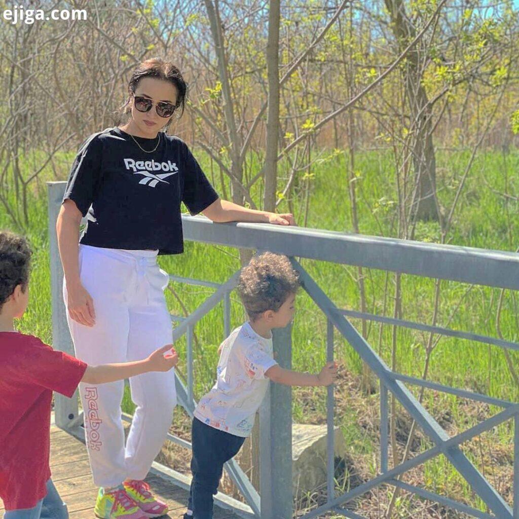 روناک یونسی با پسرانش در طبیعت