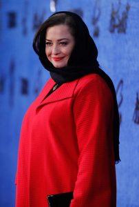 مهراوه شریفی نیا با مانتو قرمز از بازیگران زن متولد دهه 60