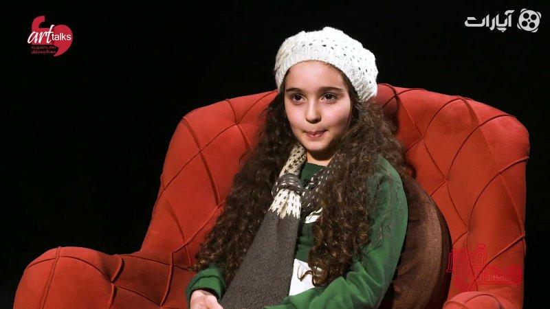 مانیا علیجانی در صندلی قرمز