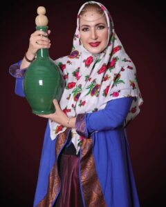 فاطمه گودرزی با لباس سنتی