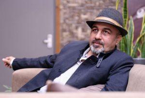 رضا عطاران با کت و کلاه مشکی از بازیگران مرد ایرانی بالای 40 سال