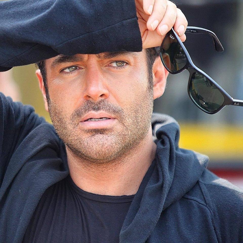 محمدرضا گلزار با لباس مشکی و عینک آفتابی - رنگ واقعی چشم محمدرضا گلزار