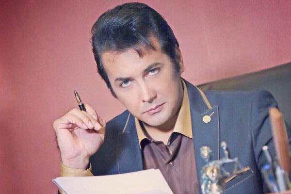 حسام نواب صفوی با لباس رسمی - رنگ چشم حسام نواب صفوی