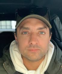 بهرام رادان با عینک آفتابی و کلاه در ماشین - رنگ چشمان بهرام رادان